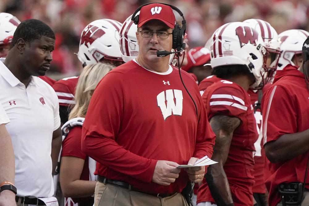 Huấn luyện viên trưởng của Wisconsin, Paul Chryst, theo dõi trong hiệp một của trận đấu bóng đá đại học NCAA với Đông Michigan vào Thứ Bảy, ngày 11 tháng 2021 năm XNUMX, ở Madison, Wis.