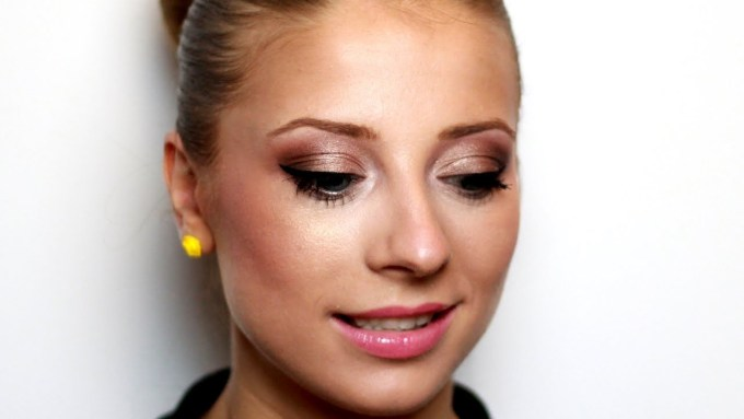 makeup tips for hazel eyes and blonde hair - cat eye makeup