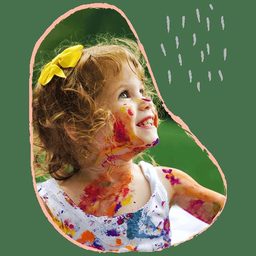 niña sonriendo con pintura en el rostro