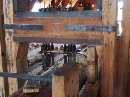 Die Sägeblätter sind parallel angebracht und zersägen dicke Stämme in Bretter. Das kommt einem - wenn man elektrische Sägen gewöhnt ist - echt langsam vor, war damals aber wohl ein riesiger Fortschritt!