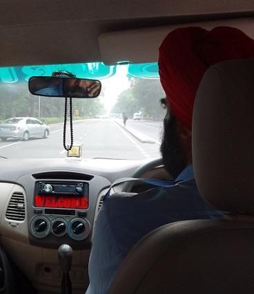ターバンを巻いたインド人の運転手