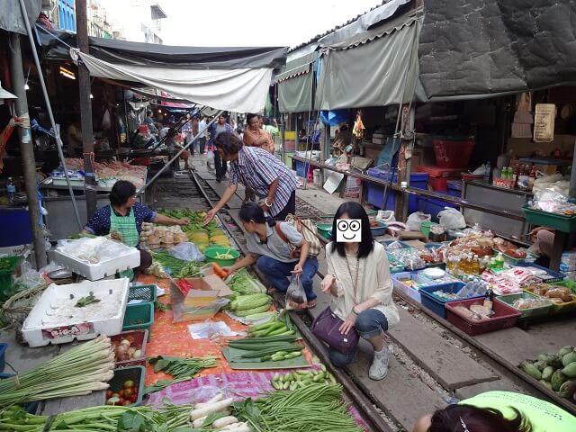 バンコクのメークロン線路市場で売られている野菜