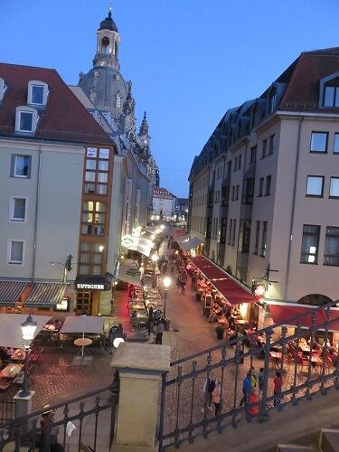 ドレスデンの旧市街の夜のレストラン