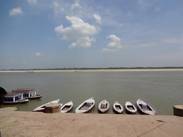 昼間のガンジス川のボート乗り場