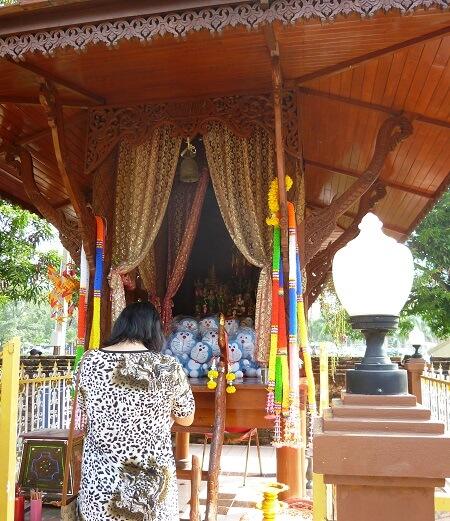 タイのアユタヤ遺跡にあったドラえもんが祀られたお堂