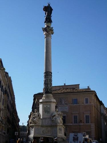 イタリア・ローマのスペイン広場近くのマリア像