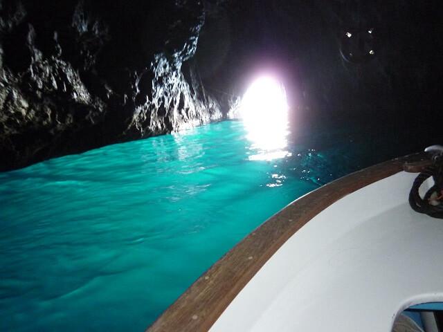 イタリア・カプリ島の青の洞窟の中