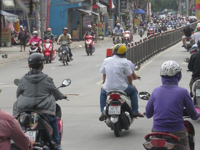 ホーチミンの市内を走るバイク