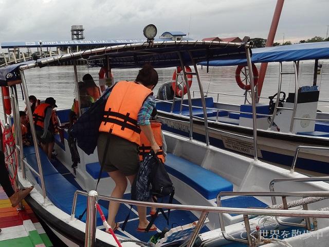 マレーシア・クアラセランゴールのミラーレイクに向かうスピードボート