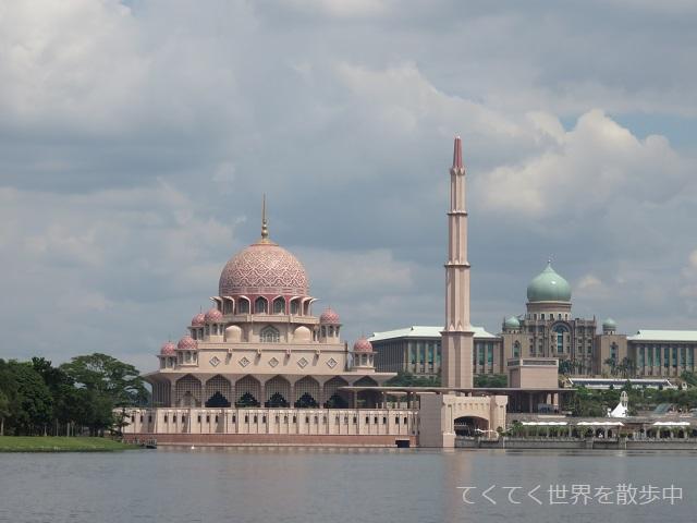 マレーシア・プトラジャヤ湖から見たピンクモスクと首相官邸