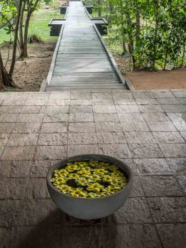 Vil Uyana hotel pathway