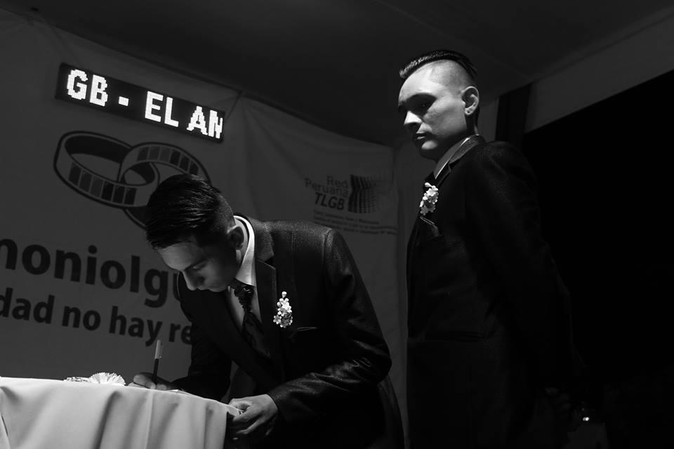 Pareja de novios firmando el acta de uniones simbólicas que lleva 16 años registrando estas uniones.