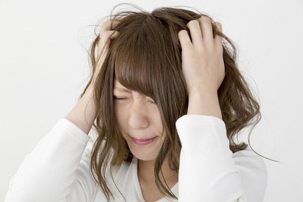 ストレス イライラ 髪をくしゃくしゃにする女性