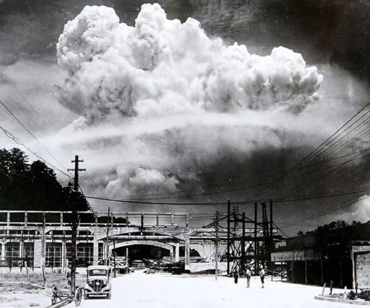 Atomic cloud over Nagasaki, August 9, 1945. (Photo: Hiromichi Matsuda)