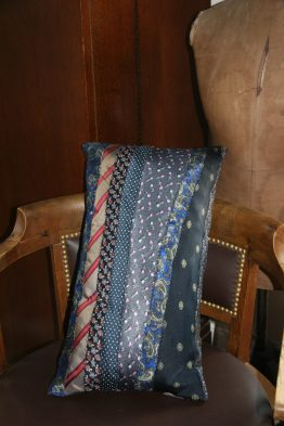 Wayome Upcycling coussin cravate sur chaise 2
