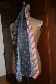 Wayome Upcycling cravates sur mannequin bois droit