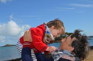 Wayome Upcycling echarpes bucheron enfant et homme dans les bras paysage rire