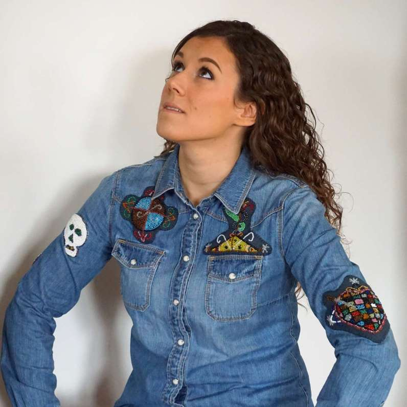 Wayome Upcycling patch vaudou chemise jeans regard haut