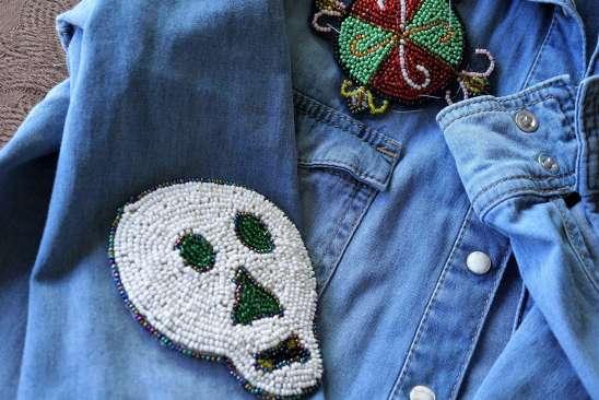 Wayome Upcycling customiser une chemise en jean - gros plan tete de mort
