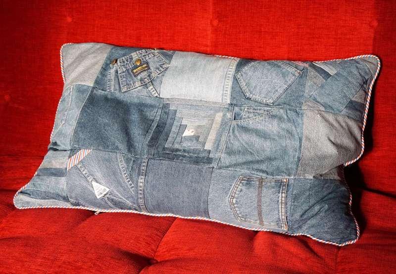 coussin en jeans canapé rouge