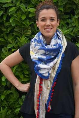 Wayome Upcycling foulard bleu blanc rouge image droite main taille regard devant