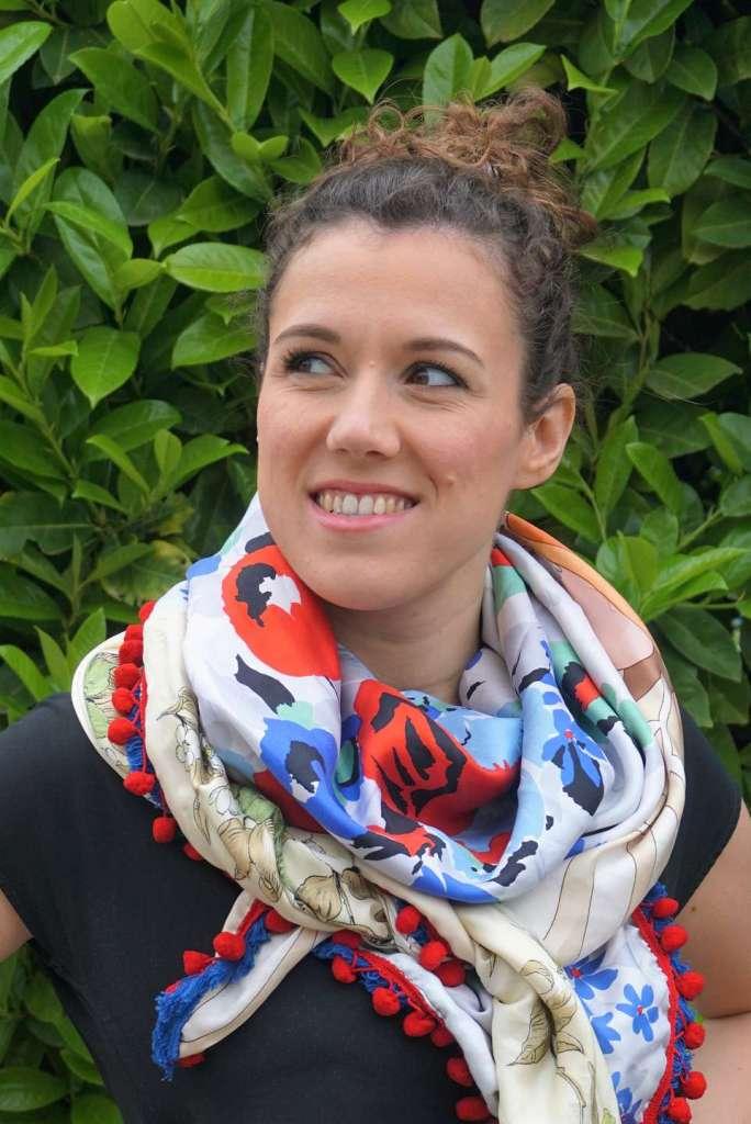 foulard bleu blanc rouge zoom noué regard gauche