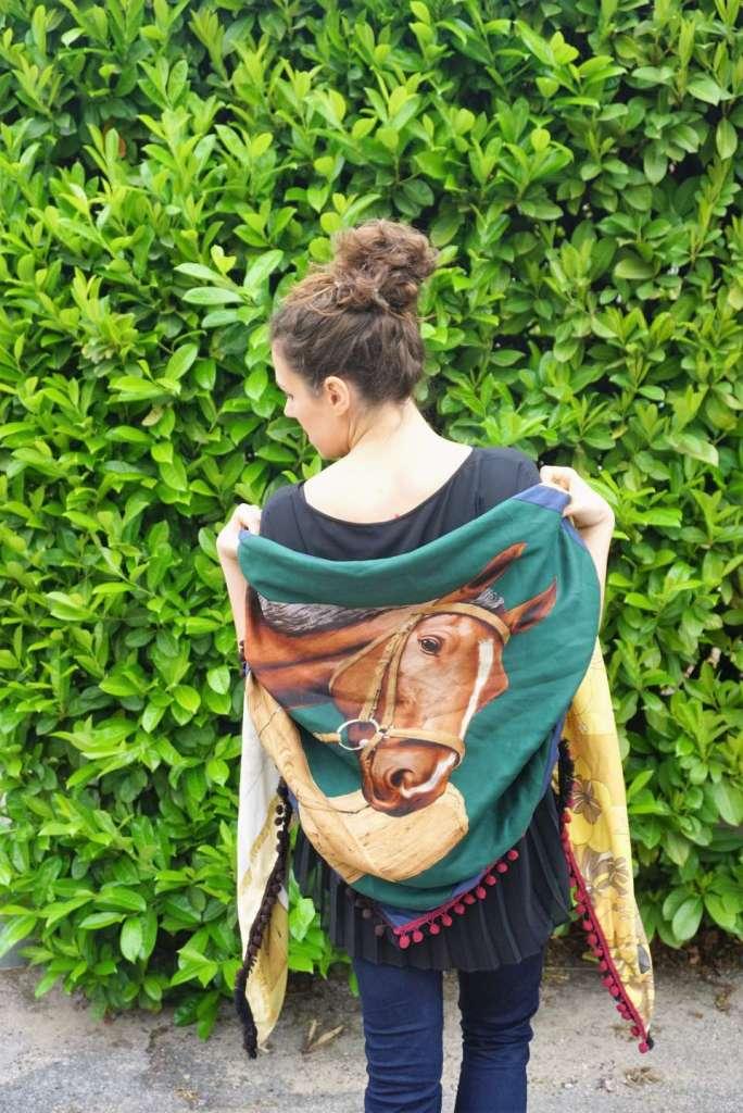 foulard cheval dos regard gauche cou