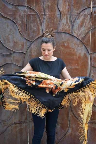 Wayome Upcycling foulard noir et jaune droite mouvement ouvert