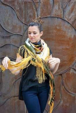 Wayome Upcycling foulard noir et jaune droite mouvement ouverture