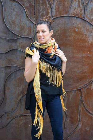 Wayome Upcycling foulard noir et jaune droite regard gauche