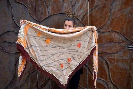 Wayome Upcycling foulard orange et crème ouvert devant