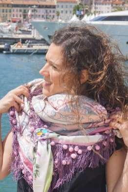 Wayome Upcycling foulard rose et violet mer zoom regard gauche