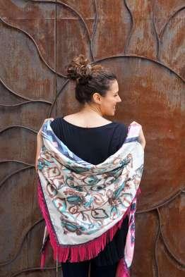 Wayome Upcycling foulard rose fushia sur epaules dos