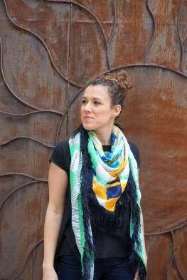 Wayome Upcycling foulard vert d'eau droit regard gauche bras détendus