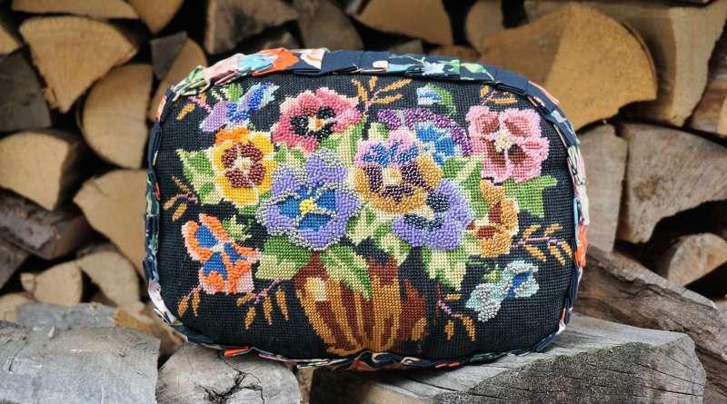Wayome Upcycling un coussin en canevas fleuri sur bois