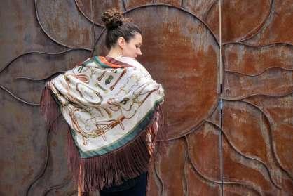 Wayome Upcycline le foulard en soie marron et vert bras fermes beige