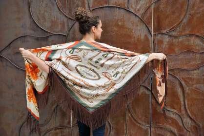 Wayome Upcycline le foulard en soie marron et vert bras ouverts beige