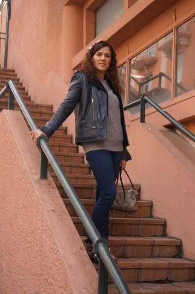 Wayome upcycling Promenade avec un nœud papillon en canevas dans les cheveux escalier regard droit