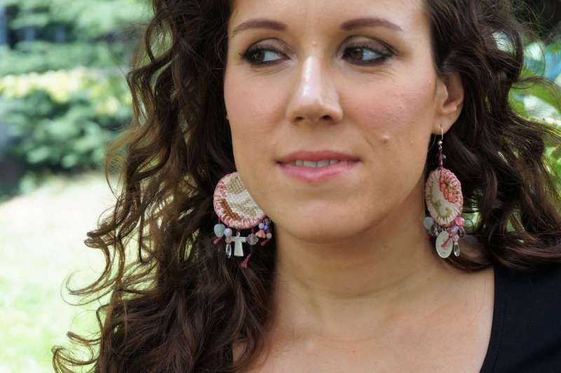 Wayome upcycling Boucles d'oreilles en canevas rose regard gauche