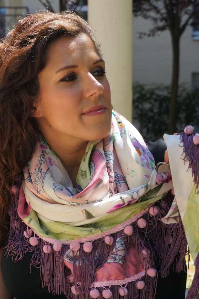 Wayome upcycling Mon foulard rose et violet préféré regard au loin