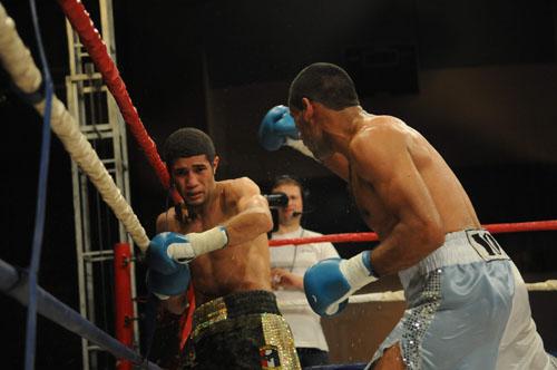 Barros wins WBA feather belt