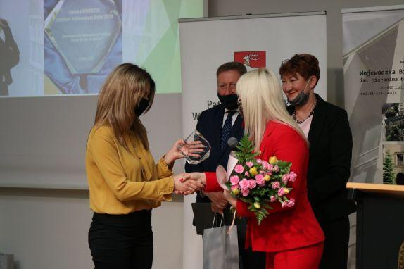 Statuetkę Lubelskiego Bibliotekarza Roku 2020 wręczyła Magdalena Marzec dyrektor Biblioteki Publicznej Gminy Tereszpol Lubelski Bibliotekarz Roku 2019