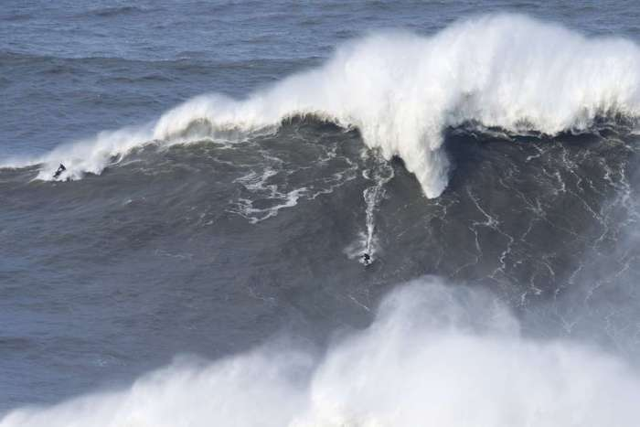 Andrew Cotton surfando uma onda de 24 metros em Nazaré