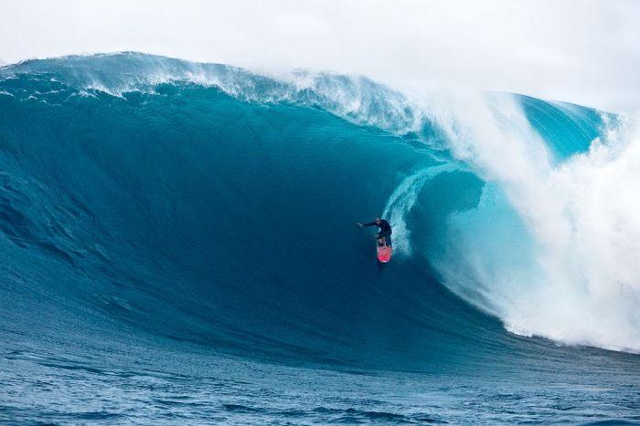 Shane Dorian surfando onda gigante em Jaws