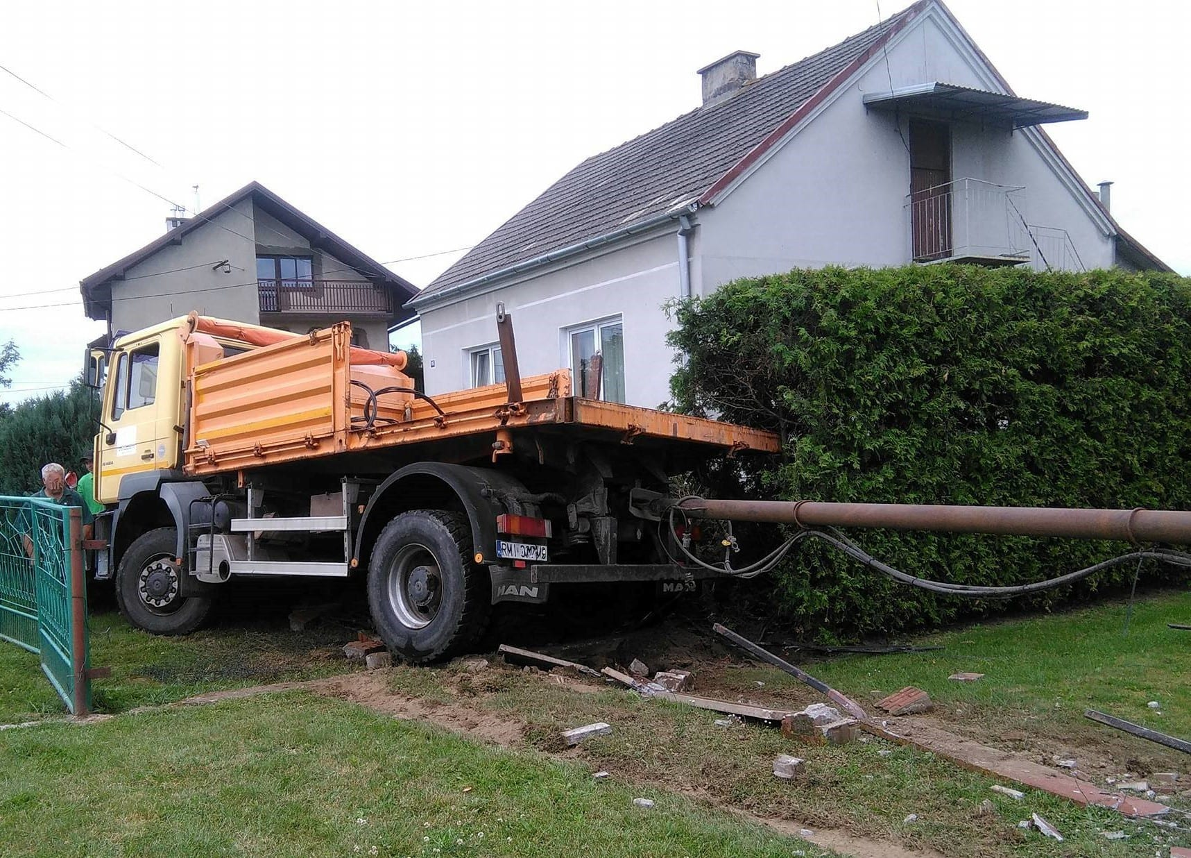 W Złotnikach ciężarówka wjechała w ogród [FOTO]