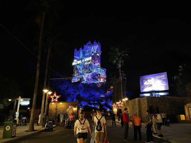hollywood-holiday-tower-hotel-projections-2020_9