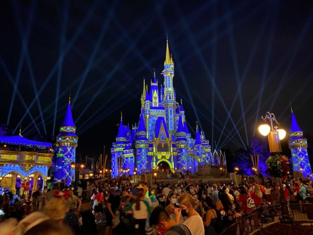 cinderella-castle-projections-christmas-2020_12-9284679
