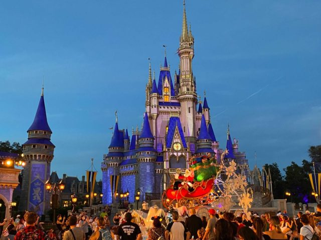 cinderella-castle-projections-christmas-2020_9