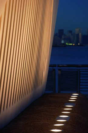 ETC100 LED: Staten Island Memorial, New York (USA)Architect: Masayuki Sono, New York.Co-operate Lapshan FongArtist: Toshihiko OkaLighting design: Fisher Marantz Stone, New YorkPhoto: Frieder Blickle, Hamburg