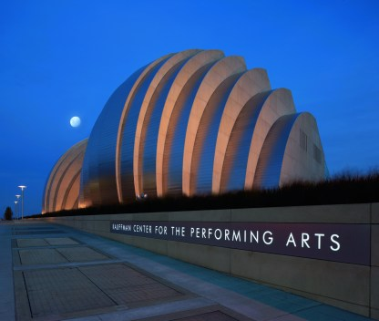 FLC100: Kauffman Center for the Performing Arts. Kansas City (USA)Architect: Safdie Architects with BNIMLighting Designer: Lam Partners and Derek Porter StudioPhoto: Michael Spillers, Kansas City, Missouri